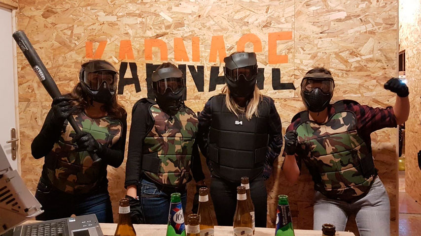 Équipe organisant un team buidling au Karnage Club, dans une salle de casse